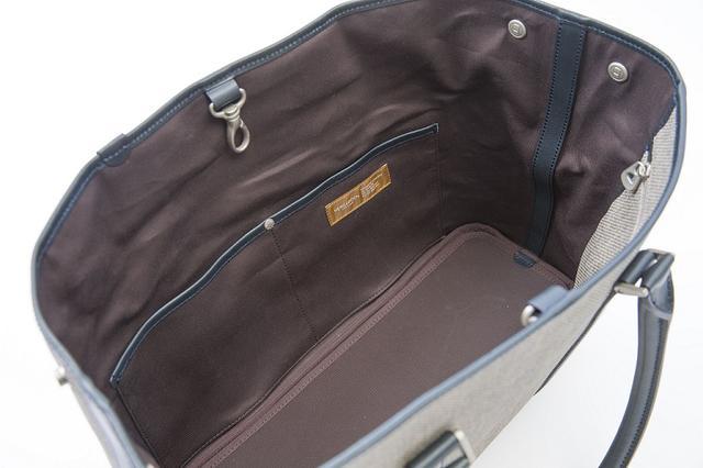 画像: バッグの中はサブポケットが充実。収納には困らないぞ