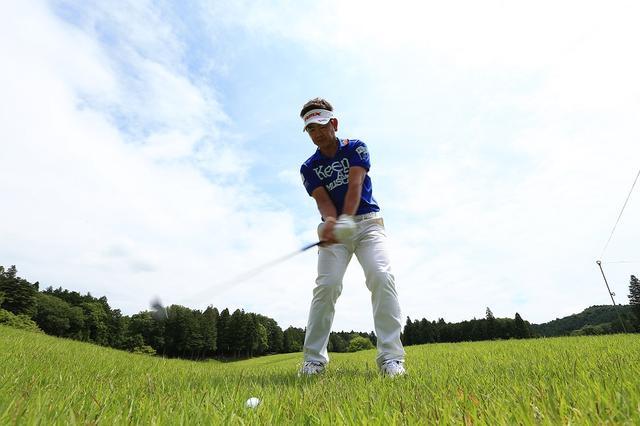 画像: 名手・藤田寛之が教える。初夏ラフからミスしないための「素振り術」 - みんなのゴルフダイジェスト