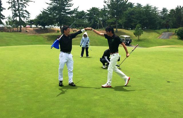 画像: 見事に予選を通過した、パットを決めた浅原 克浩さん(写真右)とパートナーの中水 滋己さん(写真左)