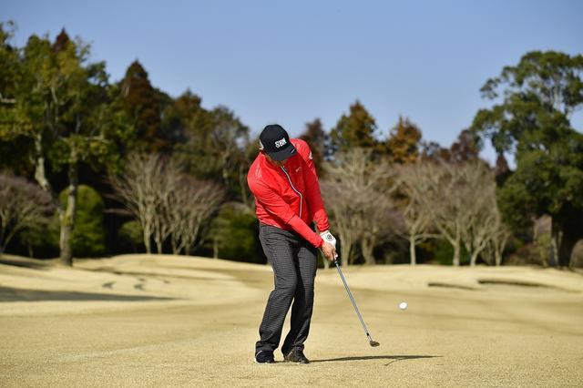 画像: 当てる? 滑らせる? 薄芝アプローチでザックリしない、二つの「構え方」 - みんなのゴルフダイジェスト