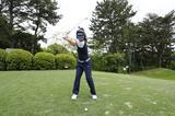 画像: ボールの真上に頭がある点に注目。頭が左に突っ込むと、体の回転が止まってしまう