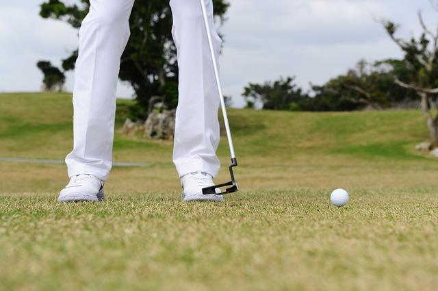 画像: UTなら球が浮き上がるが、パターだと球は浮き上がらず転がってしまう