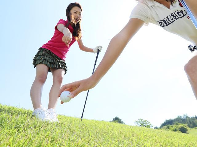 画像: 【ルールQ】ドロップしたボールが救済の範囲より外に転がった! - みんなのゴルフダイジェスト