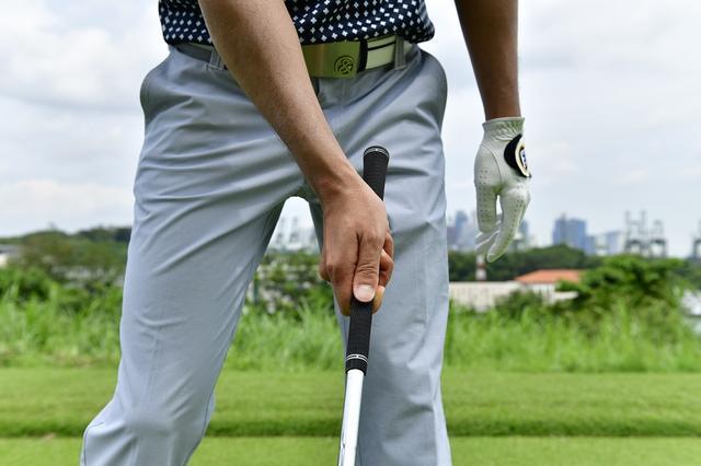 画像: 右手首の角度はぎりぎりまで保つ。体の正面で球をとらえる際に、右手の角度はつけておくことが必要だ