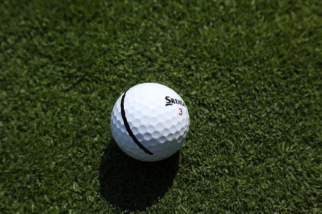 画像: ZスターXV。ペンでラインを引いた、実際の使用ボール。音だけではなく、大径2層コアの高打ち出し低スピンで飛距離を伸ばす