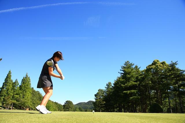 画像: 右足で地面に圧力をかけることで、重心が下がり、ボールへ力を効率よく伝えることができる