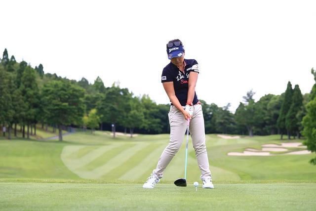 画像: お尻を目標方向にスライドさせる意識で切り返し、しっかりと左に体重が乗った状態でインパクト。それにより、ボールにパワーが伝わる