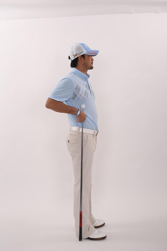 画像: 長ズボンの「サイドの縫い目」が地面に対して垂直に立つ
