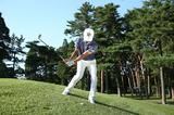 画像: ボールの手前側が高いライなので、コックを使ってヘッドを高い位置から入れ、アウトサイドインで振ることでダフリを防ぐ