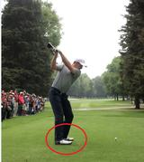 画像: トップで右足のつま先が浮きかかとに体重がかかる
