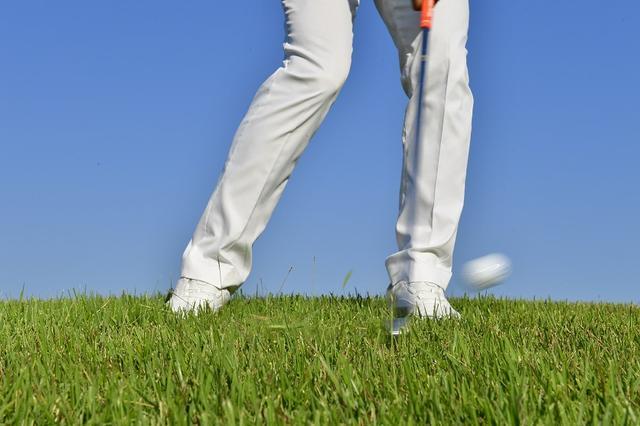 画像: 鋭角にヘッドを振り下ろせば力がなくても打ち抜ける。ボールが見えないほど沈んだ状況は別として、ヘッドが上から下に下りていけば、ラフを切っていけるインパクトになる。