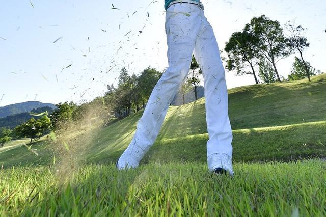 """画像: 夏ラフは""""キレキレ""""アイアンで芝を""""切れ""""! 上手く打つコツ教えます - みんなのゴルフダイジェスト"""