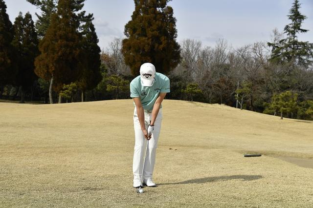 画像: 「右手がシャフトにかかるくらい短く持って、クラブを吊るように握ります。パターのように反復性の高い動きができるので正確にヒットできます」