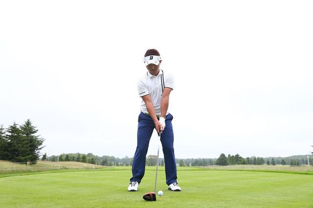 画像: ボール位置は少し中(体の中心)寄りにして、軽めのハンドファーストに構える