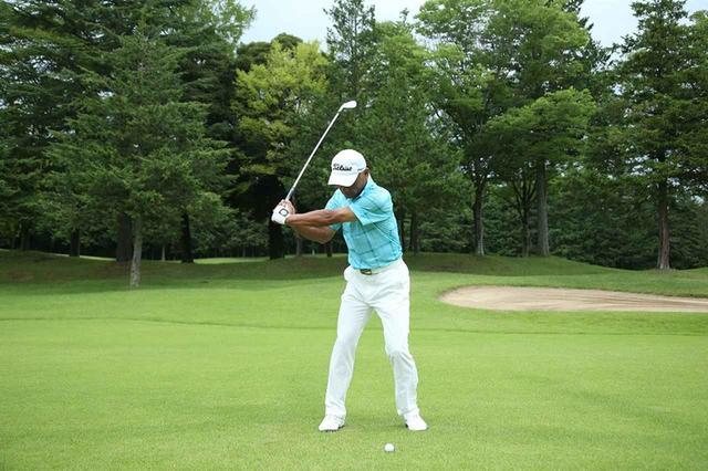 画像: 切り返しから腰を左にスライドすることで、腕を残したまま左サイドに体重移動しやすくなる