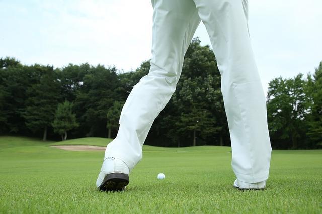 画像: 少しだけヒールアップすることで体重移動と体の回転を助ける