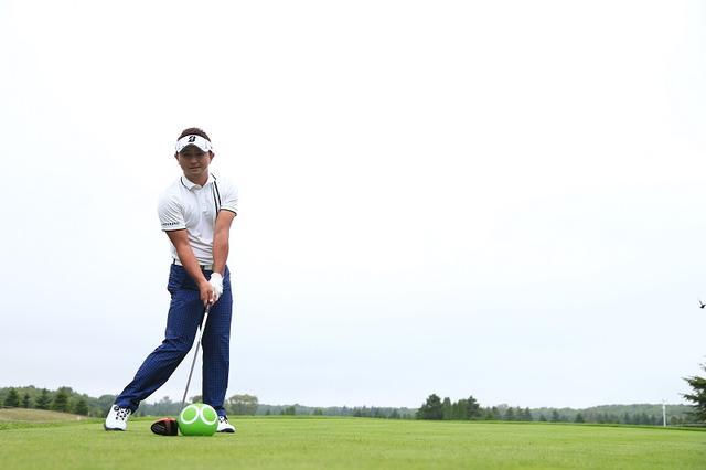 画像: 打つ前にグッとひと押し飛距離アップ!セガサミーカップ初日首位・片岡大育「秘密のルーティン」 - みんなのゴルフダイジェスト