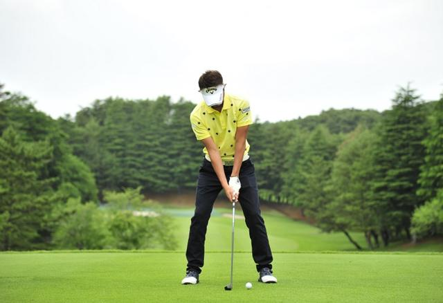 画像: ボール位置は普段よりボール1個分ほど左に置き、7対3くらいの右足体重で構えて体全体を少し右に傾ける。アドレスの段階で、インパクトの形をイメージしておこう