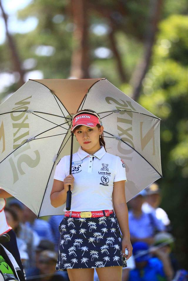 画像: 試合中も日傘を欠かさない香妻プロ