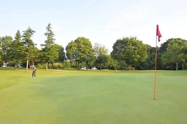 画像: 巨大グリーンで3パットしない「縦傾斜」ヒミツの読み方 - みんなのゴルフダイジェスト