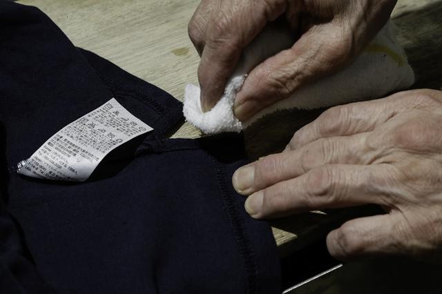 画像: 服の裏の目立たないところに濡れた布を当て、トントンしてみよう。色が移らなければOK