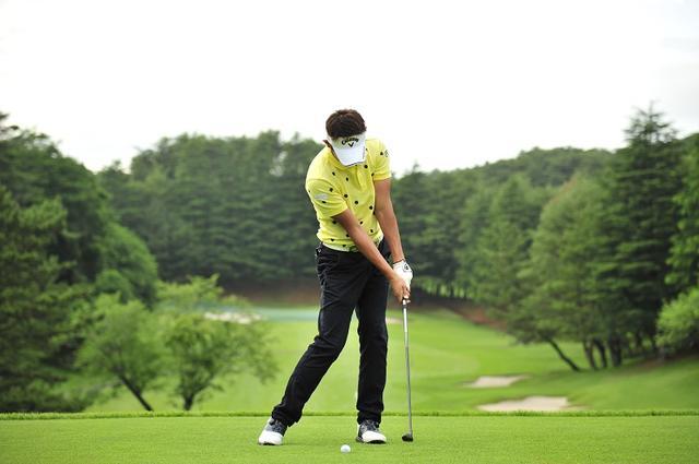 画像: ボールの10センチ先に最下点があるイメージでヘッドを低く出していこう