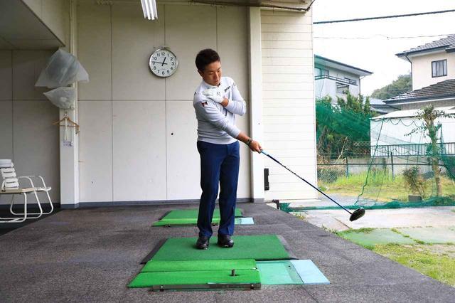 画像: 右手1本で球を打ち、その感覚のまま両手で打つ。
