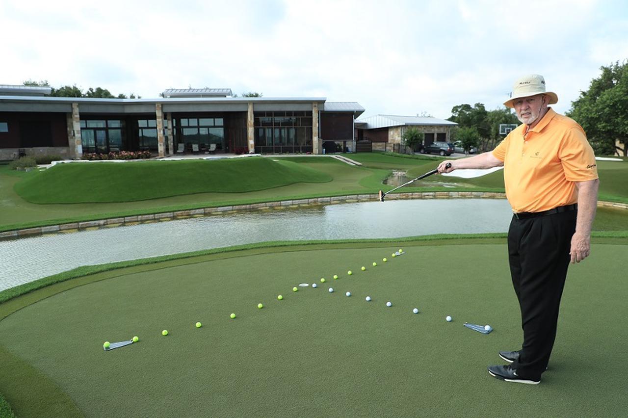 画像: カップ周りに複数セットして、2球ずつ打っていけば、より実践的な練習ができる