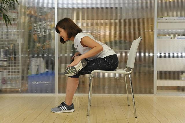 画像: できる人はひざを手で押さえる