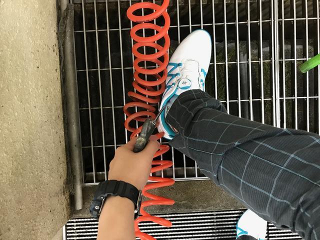 画像: エアダスターの先を靴の中に…