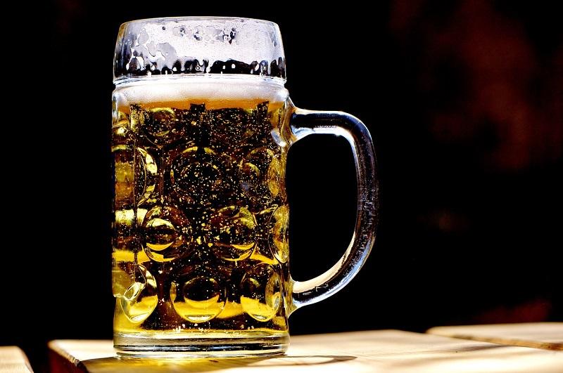 画像: 夏に飲む冷たいビールは美味しいが、がぶ飲みには注意