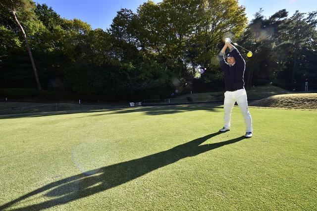 画像: 下ろしたヘッドに合わせて、自然に前傾角度や体重をかける位置が決まり、ボールとの距離感が整う