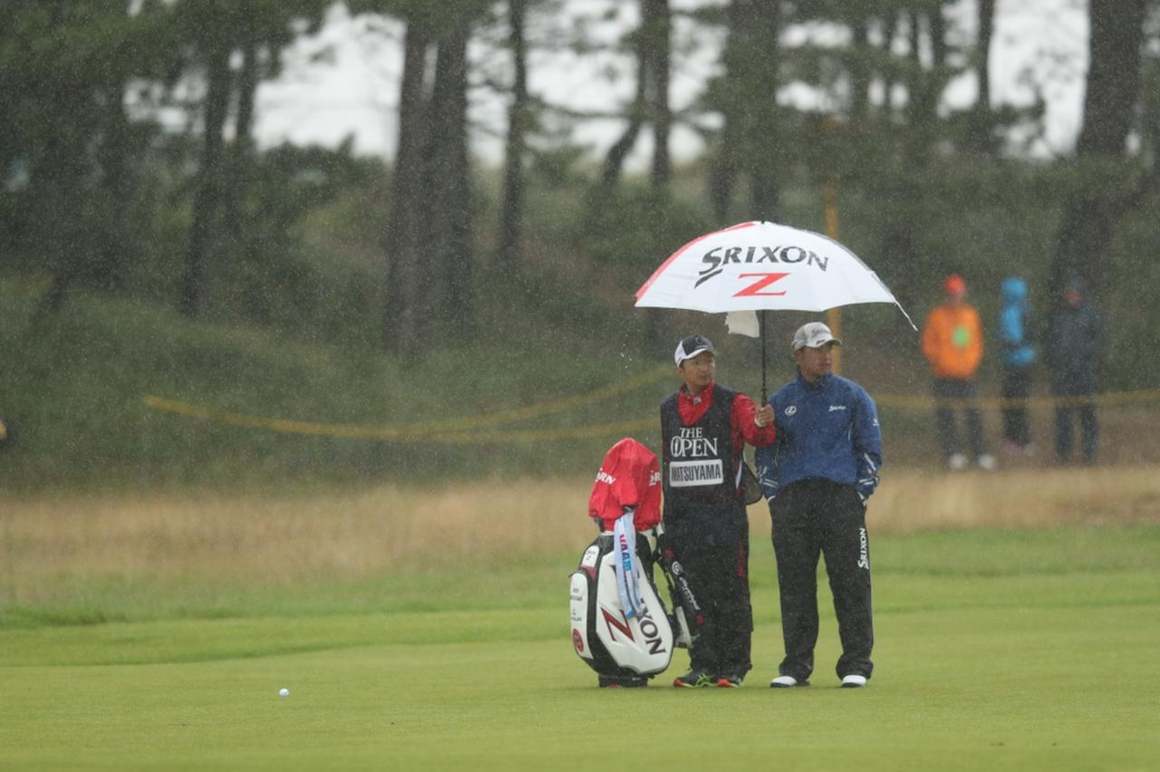 画像: 大荒れとなった2日目。吹き付ける雨と風に選手たちは苦しめられた
