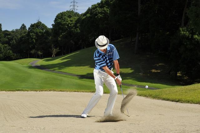 画像: 硬い砂・軟らかい砂で大違い! バンカーは砂の硬さで「インパクト」を変えよう - みんなのゴルフダイジェスト
