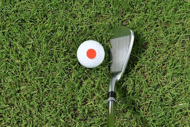 画像: 漠然とボールを見ないで視界の中心でボールの真上を見る