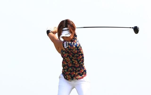 画像: 攻撃力MAX。穴井詩の「強烈シャット」飛ばし術【勝者のスウィング】 - みんなのゴルフダイジェスト