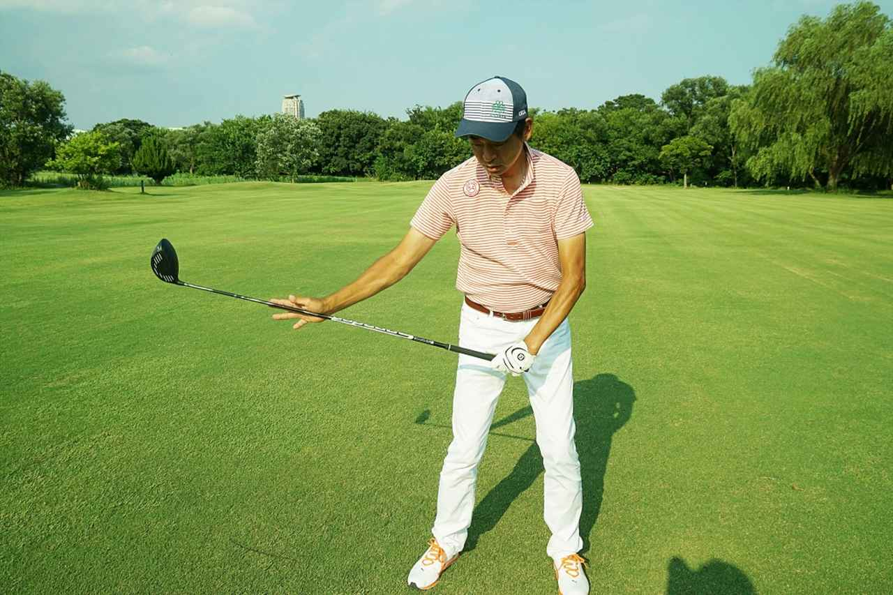 画像: 中間部がしなり、そのままボールを押し込める。それにより方向性が安定すると中村は指摘