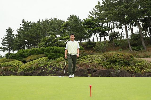 画像: 練習グリーンでの基準となる、自分なりの距離を持っておくことは重要。それがない場合は10歩の距離を歩測、それを基準の距離にする