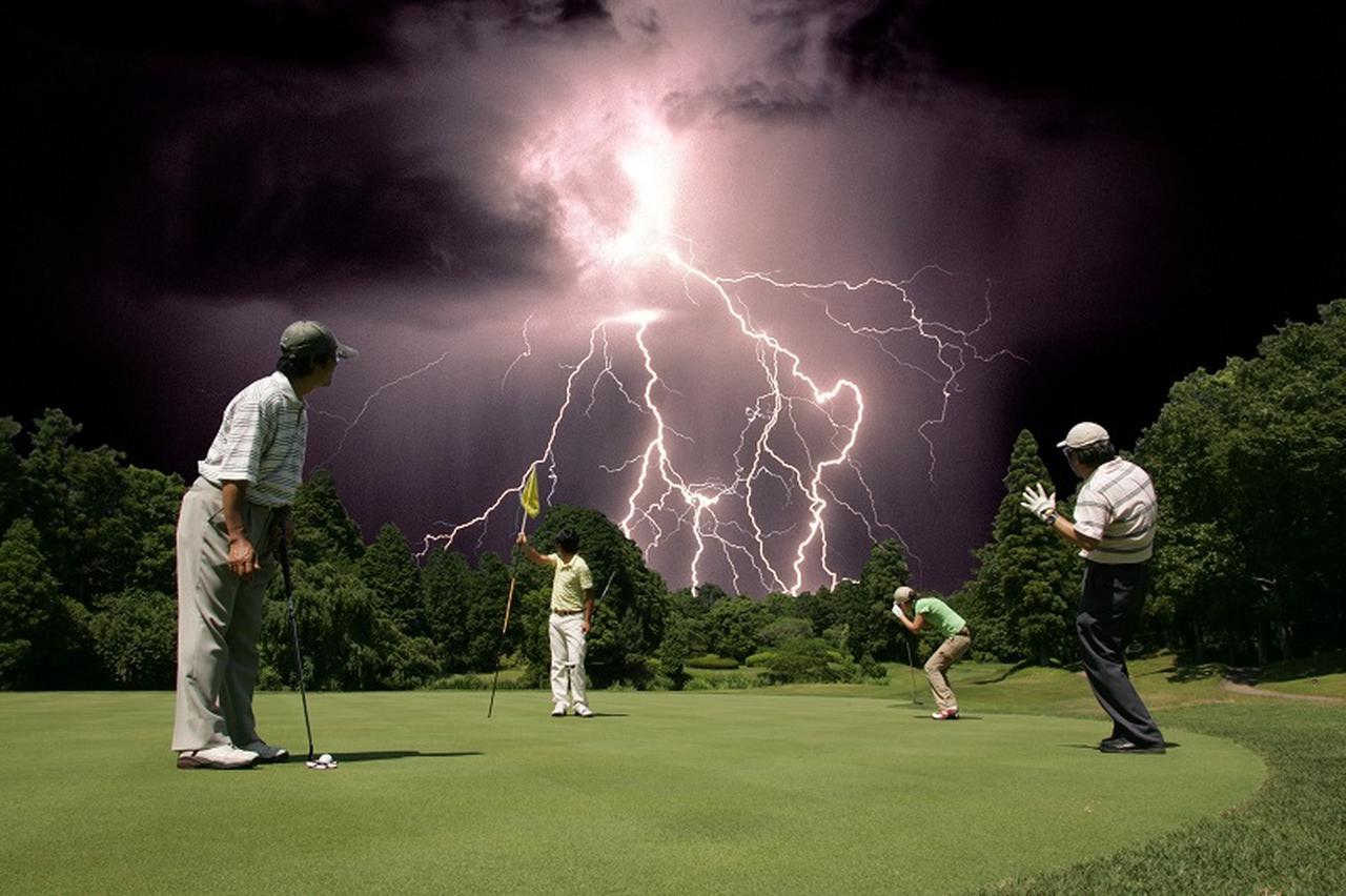 画像: 「ホントに落ちるの?」なんて半信半疑のあなた! 実は雷によるゴルファーの被害が数多くあるのだ