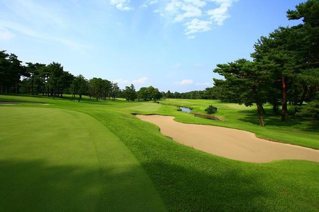 画像: ゴルフ場は周りに高いものがない。低いバンカーに身をかがめてやり過ごそう