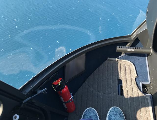 画像: 海の上を飛んでいるときの足元はこんな感じ