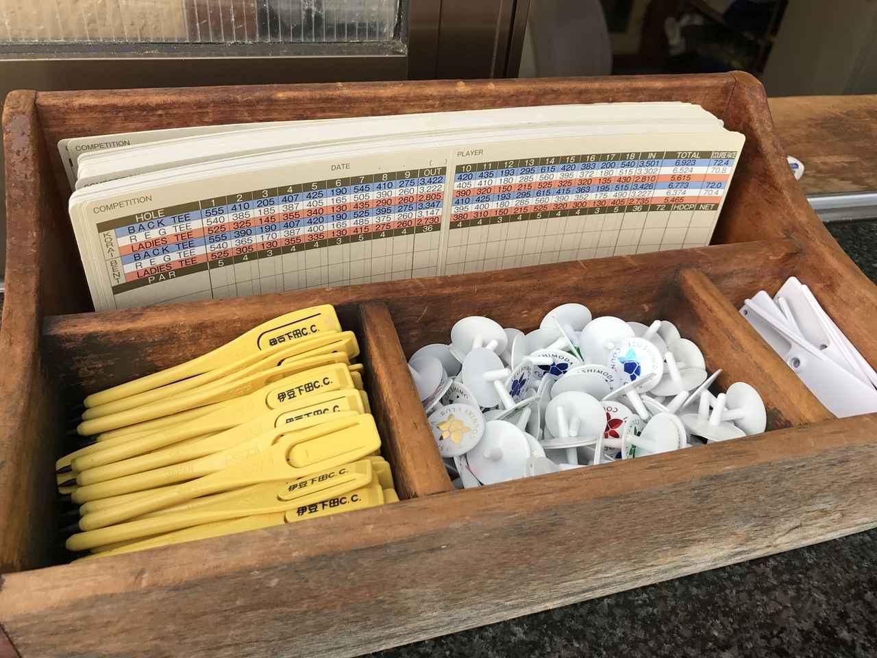 画像: スコアカード、ベグシル、マーカー、グリーンフォークなどが置いてある