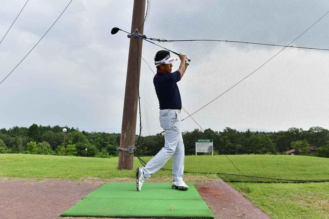画像: 腰、ひざのラインが地面と平行に回れば、ヘッドもレベルに振れる。ベルトのラインが右や左に傾かないように、意識するといい