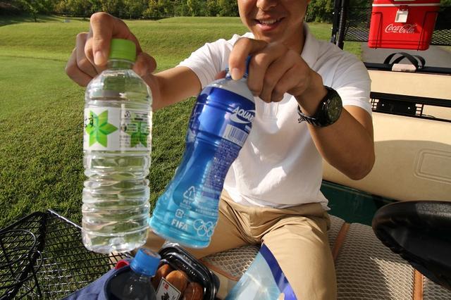 画像: 水とスポーツドリンクを両方持っておこう