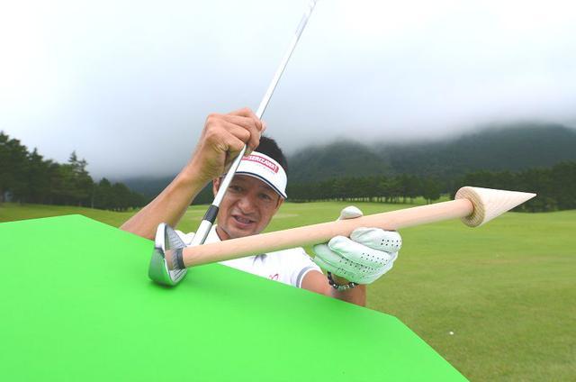 画像: 左足下がりからビシッと芯食い! 「最難関ライ」攻略法 - みんなのゴルフダイジェスト