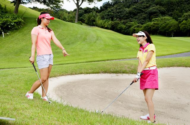 画像: 【ルールQ】球はバンカー外だけど、クラブが砂に触れてしまったら? - みんなのゴルフダイジェスト