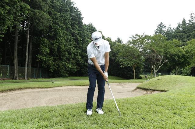 画像: 芝目がハッキリしない場合、素振りをしてみてもわかりにくければ、向きを反対にしたり横を向いたりしていろいろな方向に素振りをしてみると、抵抗がわかりやすい