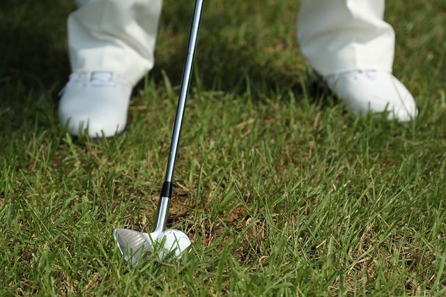 画像: ボールは右足寄りでフェースを開いて構えよう!