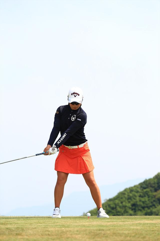 画像3: 切り返しは左ひざ。比嘉真美子の「前傾キープ!」を見習おう【勝者のスウィング】