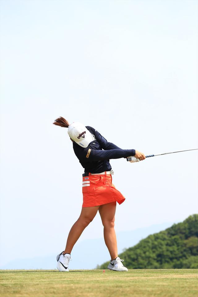 画像17: 切り返しは左ひざ。比嘉真美子の「前傾キープ!」を見習おう【勝者のスウィング】